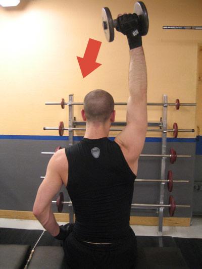 Sträck armen rakt upp med hanteln i handen.